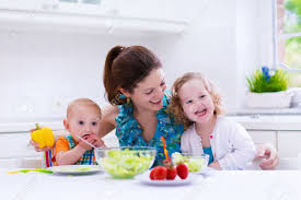enfant cuisine maman et deux enfants de cuisson dans une cuisine parent et