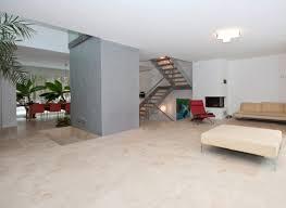 naturstein wohnzimmer bodenbelag aus dem naturstein travertin beige mediterran