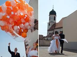 mariage et blanc un mariage et orange avec un buffet de dessert de folie