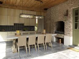 cuisine style flamand magnifique cuisine organisée autour d une cheminée casa