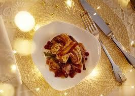 cuisiner des cailles en cocotte recette de cailles farcies en cocotte sauce aux airelles demarle