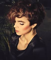 a symetric hair cut round face short curly hair that looks great with a round face women hairstyles