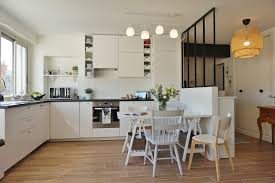 entree en cuisine cuisine blanche ouverte sur le salon salle à manger entrée