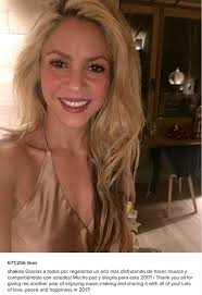 what color is shakira s hair 2015 shakira gathers her partner and sons for a festive new year s
