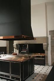 dans la cuisine de une cuisine de malouinière dans le style la cornue grande hotte
