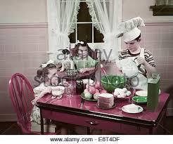 deux filles en cuisine ées 1940 ées 1950 enfants deux filles à table de cuisine avec