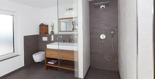 braune badezimmer fliesen bad fliesen braun grau wohndesign