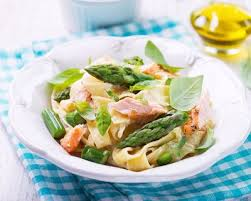 cuisiner asperge verte recette tagliatelles fraiches au saumon et asperge verte facile