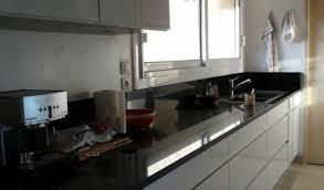 cuisine blanche avec plan de travail noir cuisine aménagée réalisations rodez