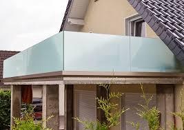 windschutz fã r balkone balkongeländer und windschutz aus sicherheitsglas