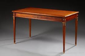bureau style louis xvi bureau plat de style louis xvi en bois teinté acajou ouvrant par un