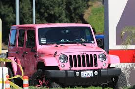 wrangler jeep pink amber rose in her pink jeep driving around in los angeles 02 01