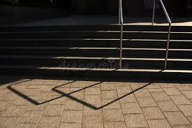 corrimano luminoso scala con il corrimano indicatore luminoso ed ombra immagine stock