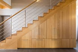 einbauschrank unter treppe unter treppe cool das bild zeigt eine garderobe mit wildeiche