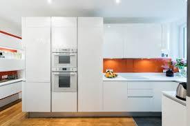 cuisine en italien aménagement cuisine en u design italien finition laque blanc