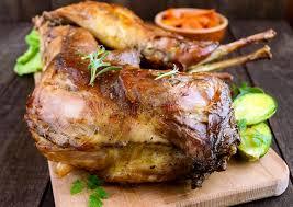 cuisiner lapin entier rôtissez le lapin entier sur un conseil en bois avec les carottes et