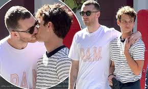 film magic hour ciuman sam smith spotted kissing brandon flynn in new york daily mail online