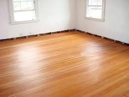 me gusta mucho la madera clara le da mucha luz al espacio