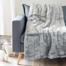 jeté de canapé maison du monde jeté en fausse fourrure gris 150 x 180 cm maisons du monde