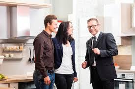 les couples consultent le vendeur pour la cuisine domestique photo