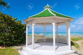 tetto padiglione un gazebo o padiglione con forma esagonale isolata con un tetto