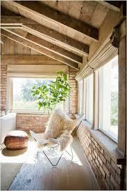 deco campagne chic campagne chic plafond bois murs brique chaise pouf