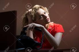 femme nue au bureau réfléchi femme secrétaire assis à la table de bureau