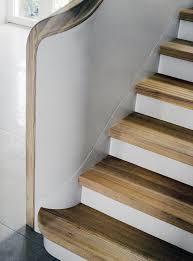 geschlossene treppen weiße treppe mit trittstufen aus lärchenholz daniel beutler