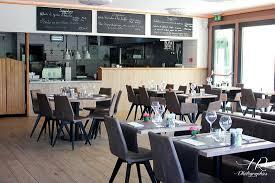 restaurant cuisine ouverte photo de la salle avec vue sur la cuisine ouverte très lumineux