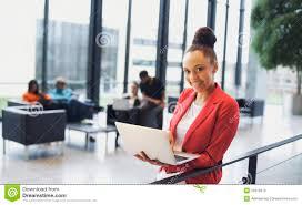 femme bureau femme africaine avec l ordinateur portable dans le bureau