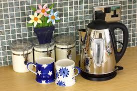 cuisiner avec une bouilloire compteur de cuisine avec la bouilloire et les cuvettes et les fleurs