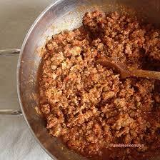 cuisiner chair à saucisse pâtes à la chair de saucisse et graines de fenouil a table avec