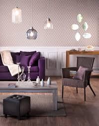 canap couleur aubergine salon cosy aux couleurs aubergine mélangé à la douceur du bois