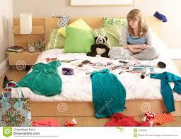 dans la chambre adolescente dans la chambre à coucher désordonnée image stock