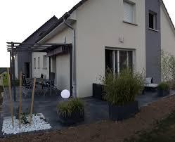 abri jardin bambou terrasse design dalles noires anthracite carrelage grès cerame