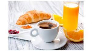 petit d駛euner au bureau prendre un délicieux petit déjeuner équilibré au bureau femme en ville