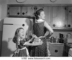 maman baise cuisine banques de photographies femme enfant fille mère tablier