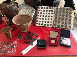 vasi etruschi sesterzi romani e vasi etruschi a casa di due spacciatori