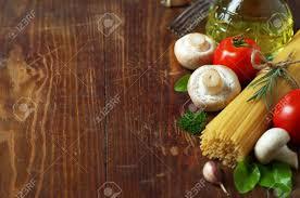 kr uter k che spaghetti gemüse und kräuter auf einem alten holztisch