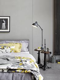 schlafzimmer grau ein schlafzimmer in grau mit textilien in senfgelb bild 4