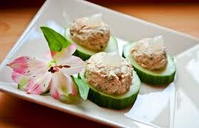 canap au thon canapés de concombre garnis de thon au fromage blanc et au persil