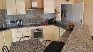 couleur meuble cuisine avec plan travail granit mouchete