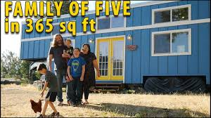tiny house for family of 5 viiden henkilön perhe repäisi muutti 34 neliömetrin minitaloon