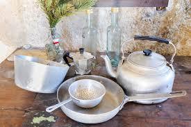 vieux ustensiles de cuisine vieux ustensiles de cuisine en aluminium photo stock image du chef