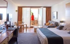 hotel de luxe avec dans la chambre chambre d hôtel avec vue sur la mer méditerranée