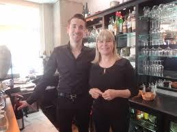 ghislaine cuisine ghislaine au bar avec le serveur