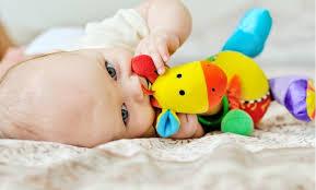 siege auto 4 mois votre bébé a 4 mois toucher et mordiller idkids