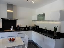 cuisine blanche sol noir modele cuisine blanche idee deco pour cuisine blanche versailles