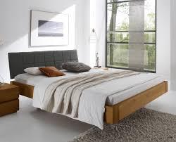 Schlafzimmer Naturholz Bett