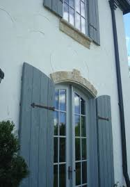 it has a great stucco exterior with a rough finish i can look at
